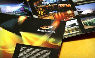A Showbrother's atua em iluminação, sonorização e estruturas, e sua expertise foi mostrada na identidade visual criada pela A.Companhia.